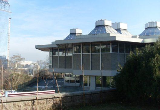 Atatürk bibliotheek in Istanbul (Taksim), de enige bibliotheek in Turkije die dag en nacht, ook in het weekend geopend is voor het publiek en druk bezocht wordt. Gestart in 1973 met ciraca 75.000 boeken bedraagt het bestand intussen meer dan een half miljoen publicaties.