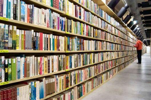 Meer dan 110.000 strekkende meter boeken in de magazijnen van de Koninklijke Bibliotheek (KB)