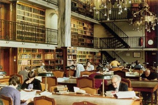 Foto van de 1908 gebouwde leeszaal van de Koninklijke Bibliotheek, Den Haag
