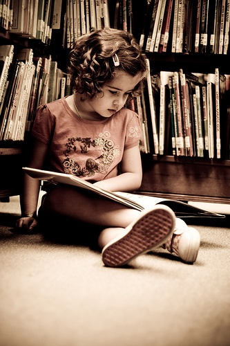 Kind lezend in jeugdbibliotheek (Debbie Rodgers, pinterest)