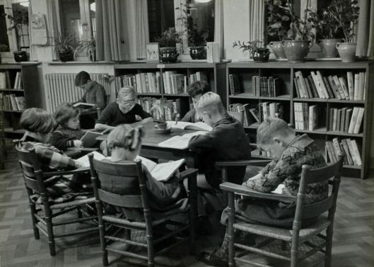 Kinderen lezen in een jeugdbibliotheek, 1935 (Wiel van der Randen)
