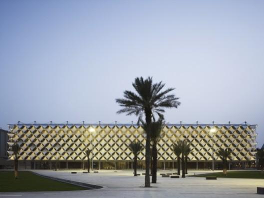 King Fahd Narional Library, Ryadh, bij avond.