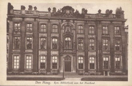 Oude prentbriefkaart met voorgevel van de voormalige Koninklijke Bibliotheek