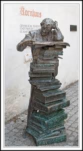Der Büchernarr. Sculptuur in Kornhaus, stadsbibliotheek Wangen (D.).