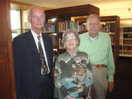 Hans Krol met Norman Stevens uit Storrs, Connecticut, en diens echtgenote tijdens bezoek aan bibliotheekmuseum in openbare bibliotheek Amsterdam