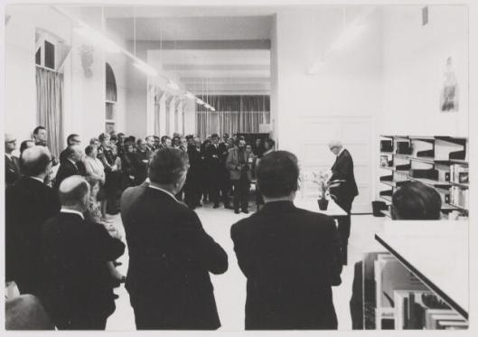 Burgemeester J,J.F.Krol, burgemeester van Gilze en Rijen, opent de nieuwe openbare bibliotheek aan de Hoofdstraat 65 te Rijen.