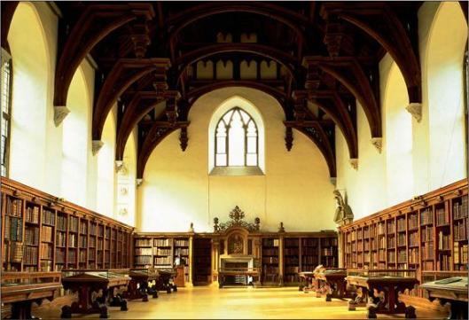 De grote hal van de Lambeth Palace Library, Londen, in tegenwoordige staat
