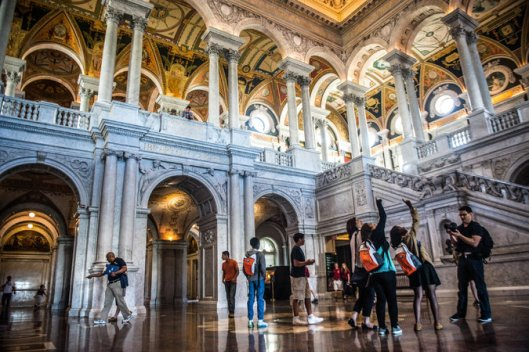 Grote Hal van de Library of Congress in Washington D.C. De grootste bibliotheek ter wereld met alleen meer dan 24 miljoen boeken en talrijke andere collecties, ongeveer 3.100 personeelsleden en een jaarbudget van meer dan 600 miljoen dollar.