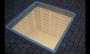 Lege boekenkasten (ondergronds) in herinnering aan de nazi-boekverbranding op 10 mei 1933