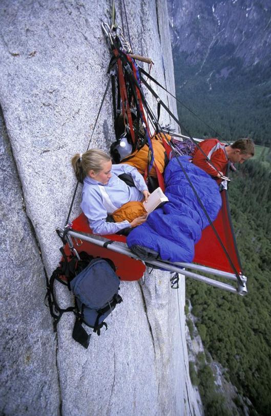 Lezende bergbeklimmers (Improbables Libraries, Improbables Bibliothèques)