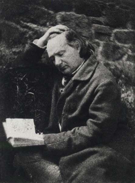 Oude foto van een lezende schrijver Victor Hugo