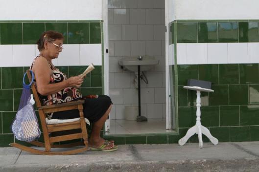 Lezende toiletdame in Santa Clara, Cuba (Claudio Soto Mansilla)