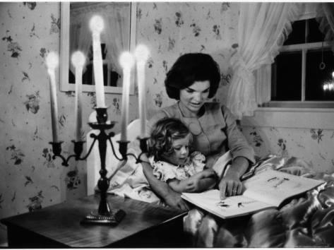 Jacqueline Kennedy leest dochter Caroline voor (Improbables Libraries, Improbables Bibliothèques)