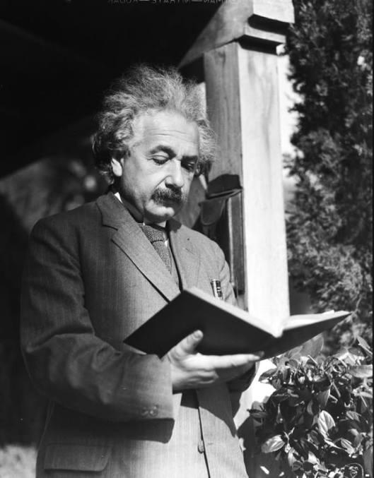 Albert Einstein verdiept in een boek