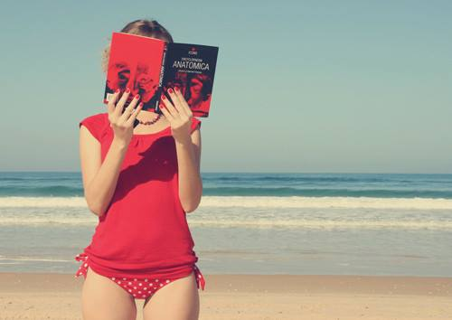 Staande lezen op het strand (Improbables Libraries, Improbables Bibliothèques)