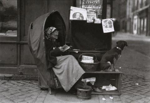 Lezende vrouw met hond die ook boeken verkoopt voor een boekwinkel (Juan Fritz)