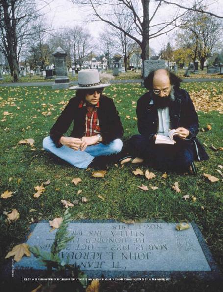 Bon Dylan en Allen Ginsberg lezend bij het graf van Kerouac (Elsa Parsiflore)