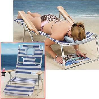 Ondersteboven liggend lezen op het strand
