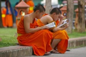 Lezende monniken in Laos