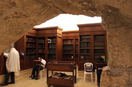Lezers in een bibliotheek bij de Klaagmuur in Jeruzalem (Richard Bauerman)