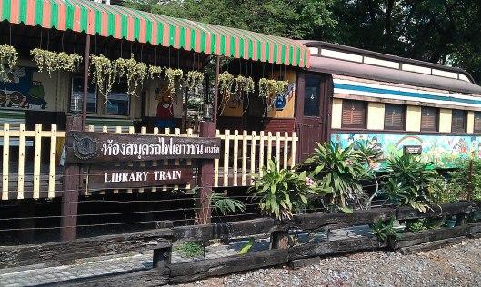 Library train in Thailand, rijdend tussen Bangkok en Ayttthaya (Improbables Libraries Improbables Bibliothèques)