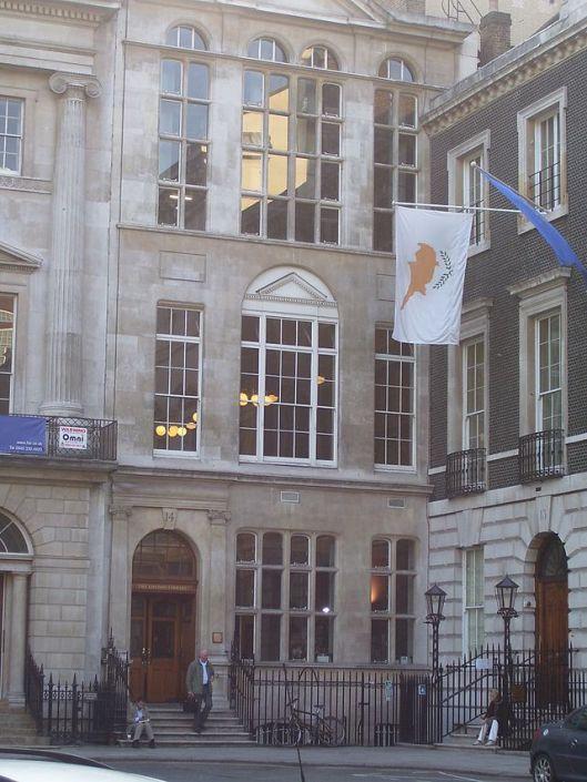 Entree van de London Library aan St. James's Square in Londen. On 1841 opgericht door de historicus Thomas Carlyle en met vroegere leden als Charles Dickens en T.S,Eliot. Tegenwoordig met meer dan 1 miljoen boeken en tijdschriftjaargangen in ruim 50 talen.