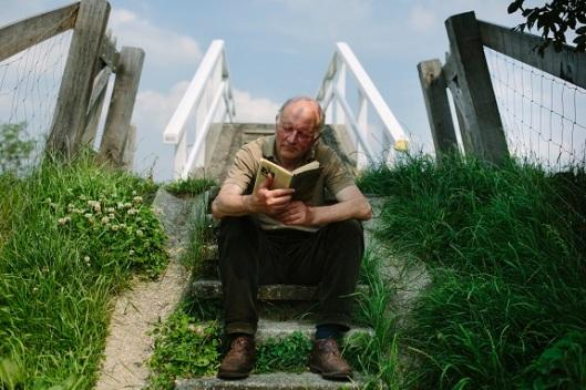 Maarten 't Hart (terug)lezend in zijn boek 'Een vlucht regenwulpen' uit 1978 welk boek in 2014 is gekozen in de actie 'Nederland Leest'.