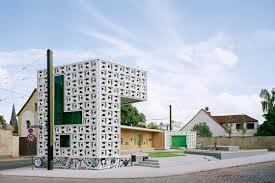 Openluchtbibliotheek in een district in Magdeburg die dag en nacht open is waarbij leners zich niet hoeven te registreren.