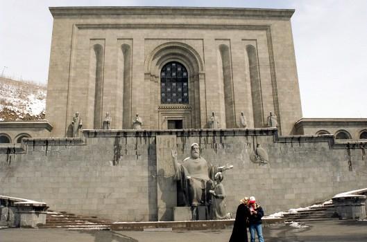 Vooraanzicht Matenadaran: bibliotheek/nationaal instituut van (ruim 17.500) manuscripten in Yerevan, Armenië