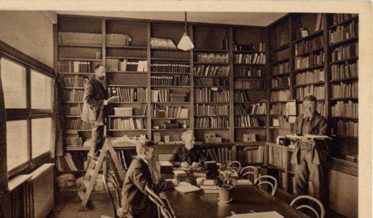 Bibliotheek van Meer en Bosch, instituut voor epilepsiebestrijding Heemstede, omstreeks 1930