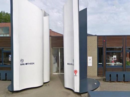 Sculptuur van een opengeslagen boek voor de entree van de openbare bibliotheek Meppel, Drenthe