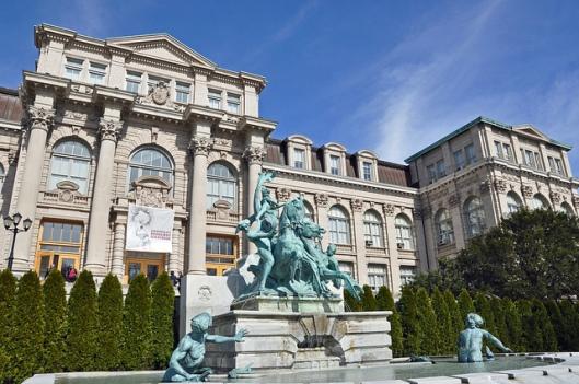 Voorgevel van Mertz bibliotheek met fontein Botanische tuin in New York
