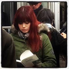 Een lezeres in de metro van Parijs