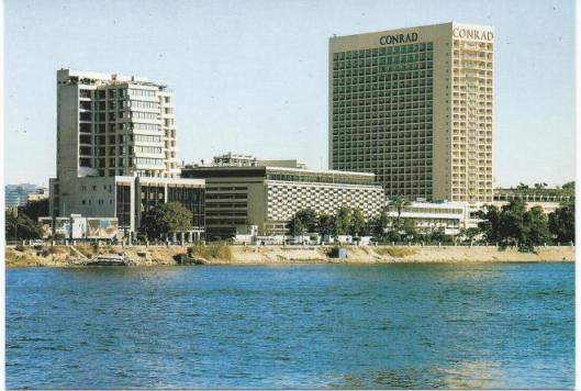 Middelste gebouw is Nationale Bibliotheek en Nationaal Archief van Egypte aan de Corniche en Nijl in Cairo