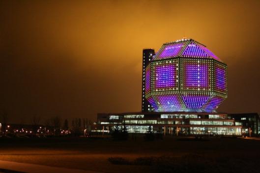 Nationale Bibliotheek Minsk in de avond