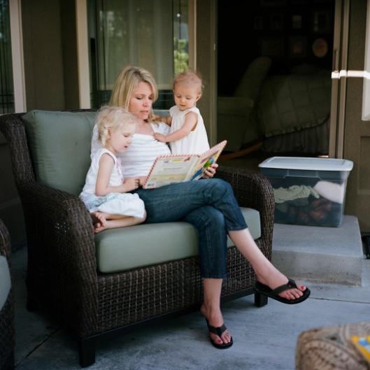 Moeder leest haar twee kinderen voor (John Ball, Boise, USA, 2009)