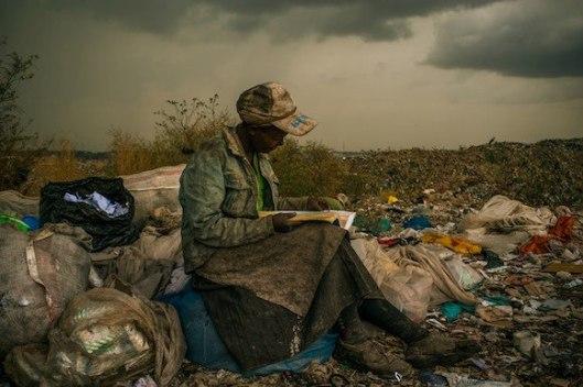 Lezen op een vuilnisbelt in Nairobi, Kenya (Improbables Libraries Improbables Bibliothèques)