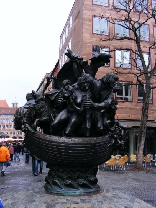 Sculptuur gebaseerd op het boek van Seb. Brant 'Das Narrenschiff' in Neurenberg/Nuremberg