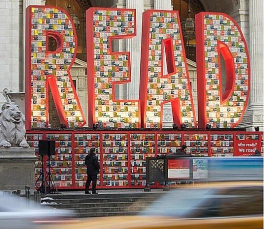 Met circa 25.000 boeken van jeugdboekenschrijver dr.Seuss is deze enoenme opwekking om te lezen geplaatst voor het hoofdgebouw van de New York Public Library