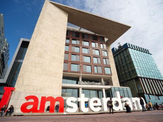 Vooraanzicht centrale openbare bibliotheek Amsterdam (oba), met 28.000 vierkante meter na Birmingham de grootste openbare bibliotheek van Europa