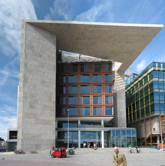 Centrale Openbare Bibliotheek Amsterdam (OBA), sinds 2007 met 28.000 vierkante meter de grootste openbare bibliotheek van Europa