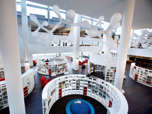 Interieurfoto van openbare bibliotheek Amsterdam, OBA. (foto Jorge Royan)