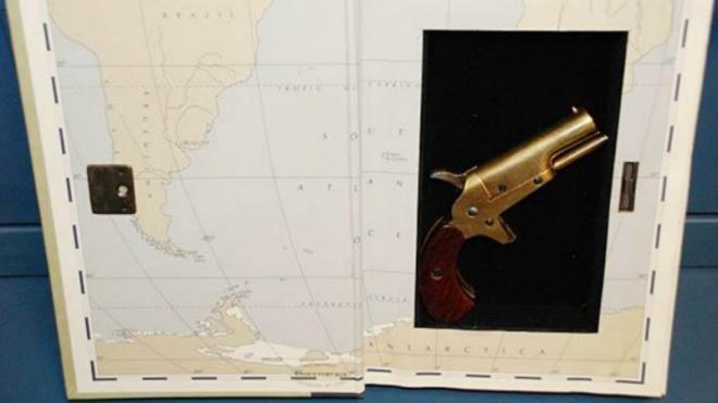 Het boek met daarin verborgen pistool