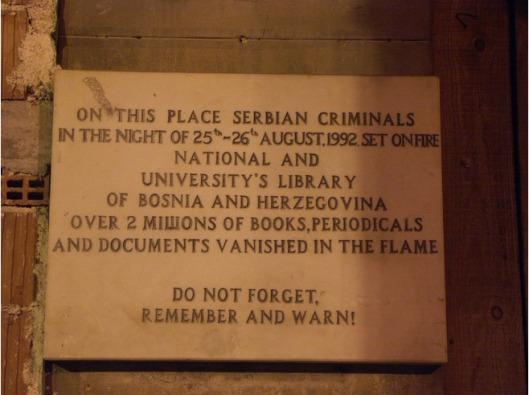 Plaquette op de te herbouwen Nationale Bibliotheek van Serajevo, in de nacht van 25 op 26 augustus verwoest door 'Servische criminelen'.