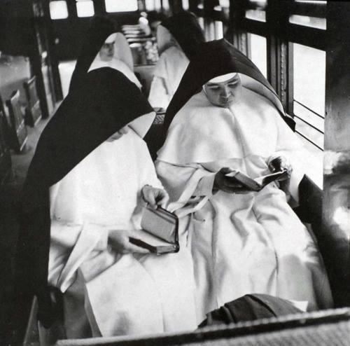 Lezende nonnen in de trein, Porto Rico 1946