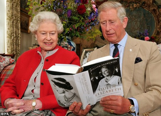 Koningin Elizabeth en prins Charles bladeren in een zojuist van auteur William Shawcross ontvangen biografie over 'Queen Elizabeth the Queen Mother'
