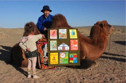 Reizende bibliotheek per kameel in de Gobi-woestijn, Buiten-Mongolië (Improbables Libraries Improbables Bibliothèques)