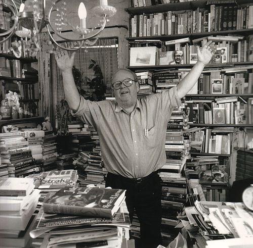 Uitgever en boekenverzamelaar Martin Ros in zijn element (foto Frans van Ameijde/cubra)