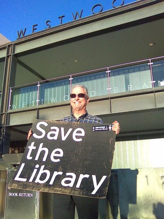 Demonstrant tegen sluiting van een wijkbibliotheek Westwood in Los Angeles