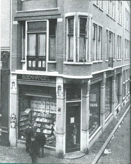De Roomsch-Hatholieke Openbare Leeszaal 'Sinr Dionysius' in Tilburg isop 3 maart 1913 geopend en begon op de bovenetage van boekhandel W.Bergmans op de hoek Markt-Langestraat